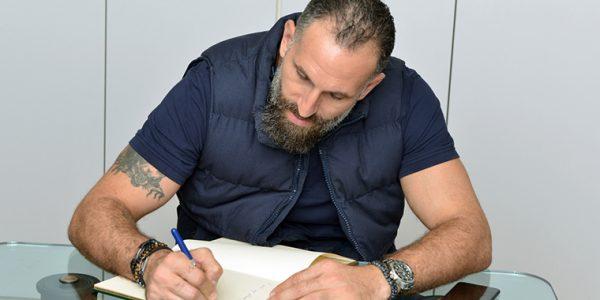 Fadi El Khatib signe le livre d'or