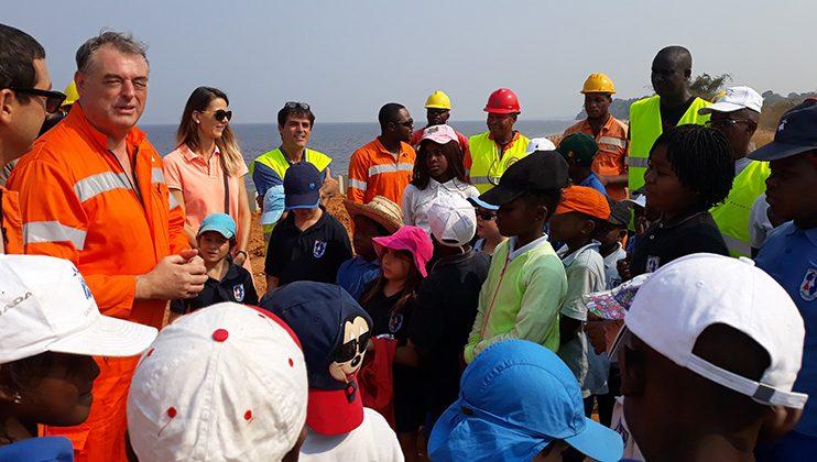 François Pujolas, ambassadeur de France, avec les élèves de l'école Mlf-Perenco, Muanda