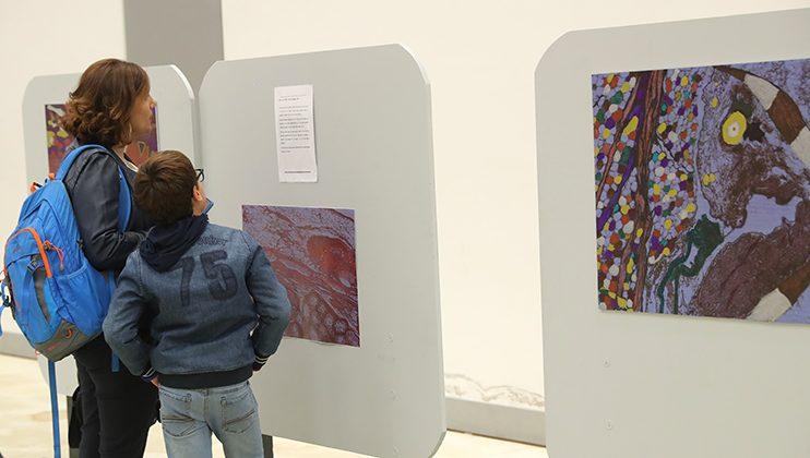 Visite de l'exposition, parents et élèves