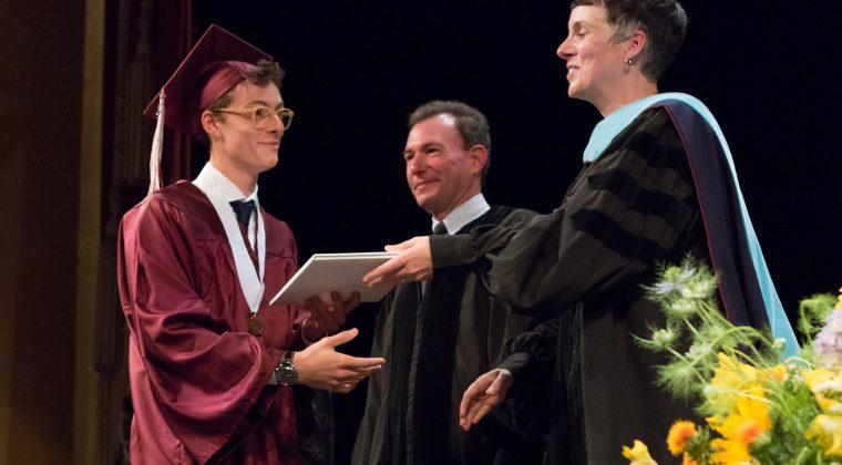 Melinda Bihn remet son diplôme de fin d'études à un lycéen du lycée international franco américain de San Francisco, le 3 juin 2017.